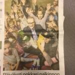 """Kulttuuri ja taide » Päiväkoti Asemapäällikkö sai Lapin taidepalkinnon 127 Taiteen edistämiskeskus (Taike) Päiväkoti Asemapäällikkö sai Lapin taidepalkinnon Tiedote. Julkaistu: 15.12.2016 klo 10:00 Julkaisija: Taiteen edistämiskeskus (Taike) Lapin taidetoimikunta on myöntänyt vuoden 2016 taidepalkinnon rovaniemeläiselle Päiväkoti Asemapäällikölle. Palkinto on suuruudeltaan 5000 euroa ja se maksetaan veikkausvoittovaroista. Toimikunta perusteli palkintoa seuraavasti: Taiteen edistämiskeskuksen vuoden 2016 teemana on """"Taide on lasten"""". Teemavuonna Taike vahvistaa lasten ja nuorten aitoa ja vaikutuksellista osallisuutta maassamme. Tavoitteena on nostaa lasten- ja nuortenkulttuurin asemaa esille useilla eri foorumeilla. Lapin taidetoimikunta kokee taiteen ja kulttuurin saatavuuden ja saavutettavuuden olevan keskeisessä asemassa lastenkulttuurin edistämisessä samoin luovuuden vahvistamisen sekä kulttuurin tuomisen osaksi lasten arkea. Päiväkoti Asemapäällikössä kaiken toiminnan lähtökohta on leikkivä, luova, ainutlaatuinen lapsi. Päiväkodissa on monipuolista toimintaa, jossa korostuvat erityisesti luovan toiminnan monet muodot. Taiteenaloissa painottuvat musiikki, draama ja kädentyöt. Esimerkiksi vuosittain päiväkodin henkilökunta yhdessä lasten ja vanhempien kanssa toteuttavat musikaalin, jossa estradille pääsevät kaikki päiväkodin lapset. Musikaalin tuotoilla rahoitetaan lasten taide- ja kulttuuriaktiviteetteja ympäri vuoden. Lapin taidetoimikunnan vuoden 2016 taidepalkinto myönnetään Päiväkoti Asemapäällikölle tunnustukseksi lähes kahden vuosikymmenen pitkäjänteisestä työstä, jonka avulla on kylvetty siemeniä tulevien sukupolvien taiteen ja kulttuurin tekijöiksi ja kokijoiksi. » Kulttuuri ja taide » Päiväkoti Asemapäällikkö sai Lapin taidepalkinnon 127 Taiteen edistämiskeskus (Taike) Päiväkoti Asemapäällikkö sai Lapin taidepalkinnon Tiedote. Julkaistu: 15.12.2016 klo 10:00 Julkaisija: Taiteen edistämiskeskus (Taike) Lapin taidetoimikunta on myöntänyt vuoden 2016 taide"""